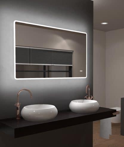 Badezimmerspiegel mit Licht rundum beleuchtet