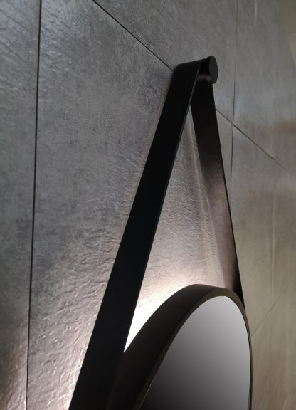 runder LED Wandspiegel in schwarz Talos Black Light Gurt in Lederoptik